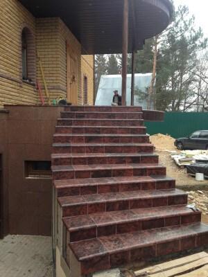 Этапы облицовки лестниц плиткой